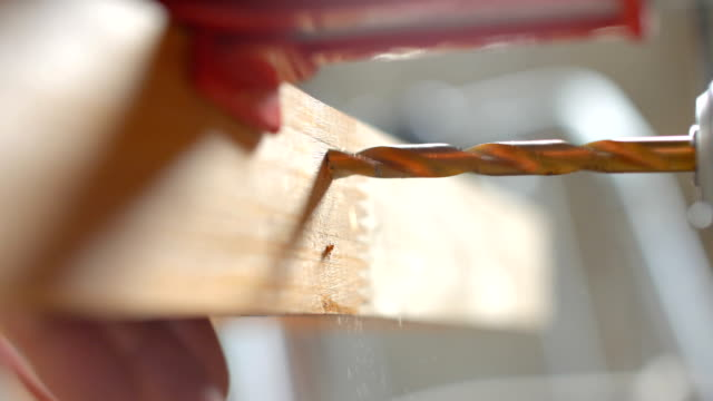ワーク ショップで木材の梁について、ドリル ・大工 - ドリルビット点の映像素材/bロール