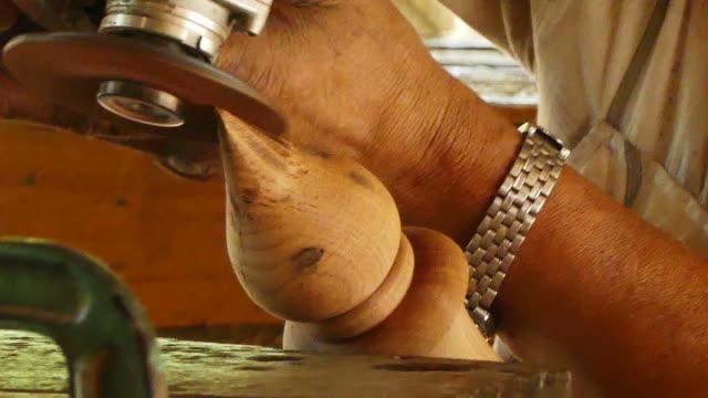 vídeos de stock, filmes e b-roll de carpinteiro mói a madeira de angular - oficina de trabalho