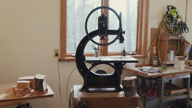 carpenter in workshop - attrezzi da lavoro video stock e b–roll