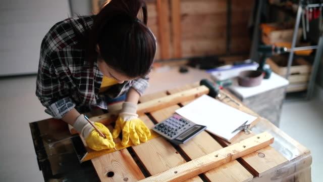 vídeos de stock e filmes b-roll de carpenter makes furniture - imagem em movimento