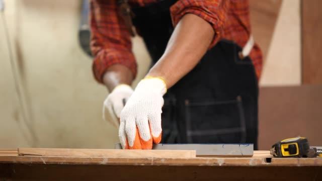 vídeos y material grabado en eventos de stock de marcado de carpintero en madera con lápiz - carpintero