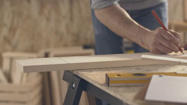 木匠測量和標籤一塊木頭 - 僅一成熟男士 個影片檔及 b 捲影像