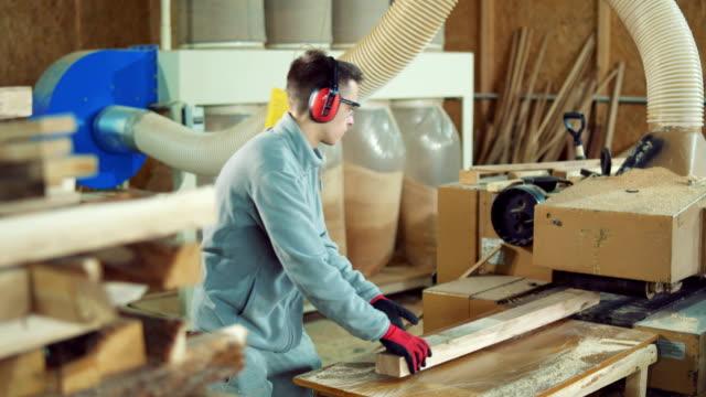 schreiner hobeln holz in werkstatt - schreiner stock-videos und b-roll-filmmaterial