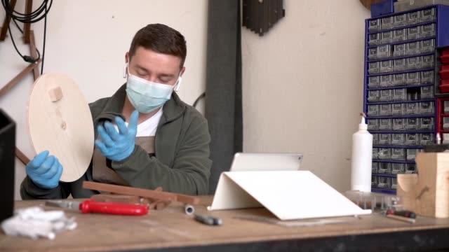 vidéos et rushes de un charpentier enregistre des leçons vidéo pendant la quarantaine de covid - classe ouvrière
