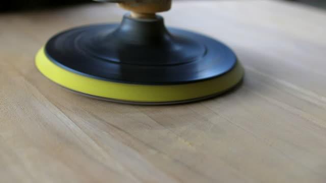 tischler, raffination tischfläche von holzmöbeln mit schwingschleifer handwerkzeug - glatte oberfläche stock-videos und b-roll-filmmaterial