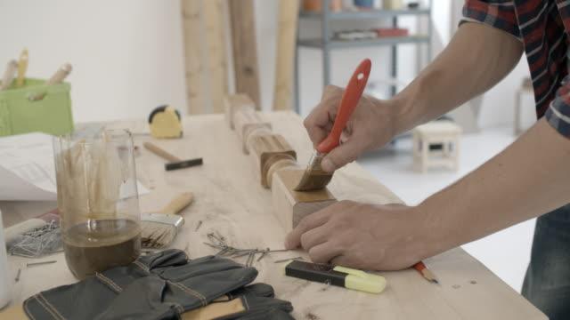 4k: snickare reparera möbler. - 30 34 ��r bildbanksvideor och videomaterial från bakom kulisserna