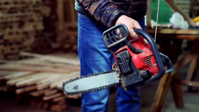 carpenter starting chainsaw - chainsaw stock videos & royalty-free footage