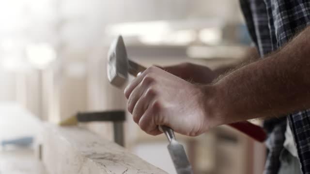 vidéos et rushes de à l'aide de ciseau à l'atelier de charpentier - fabriquer
