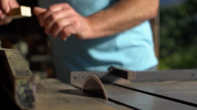 vídeos de stock, filmes e b-roll de carpinteiro que usa a serra circular - estrutura construída