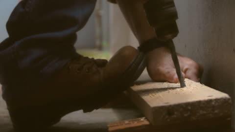 vídeos y material grabado en eventos de stock de slo mo carpenter uso de taladro eléctrico en madera de salpicaduras - madera material
