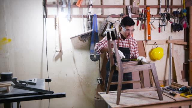 vídeos de stock, filmes e b-roll de carpinteiro trabalhando em sua oficina - one young man only
