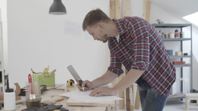4K: snickare arbetar på nya projekt i sin verkstad.