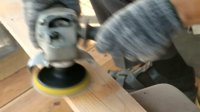 vídeos de stock, filmes e b-roll de carpenter de trabalho - ramo parte de uma planta