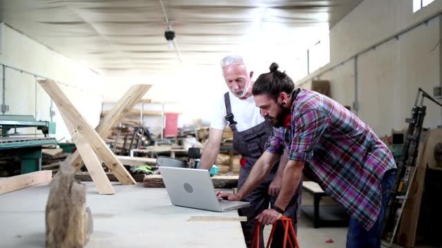 stockvideo's en b-roll-footage met timmerman werkplaats - mouw