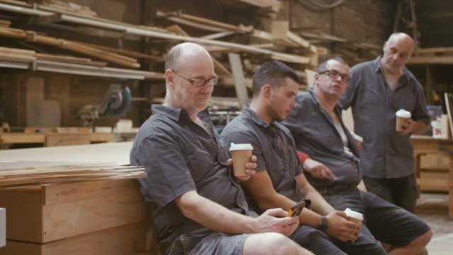 vidéos et rushes de les charpentiers ont une pause café (ralenti) - atelier d'artisan