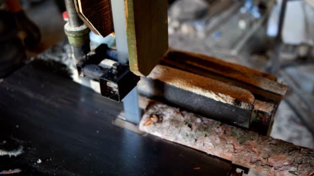 zimmerleute schneiden holzbrett - handhaben stock-videos und b-roll-filmmaterial