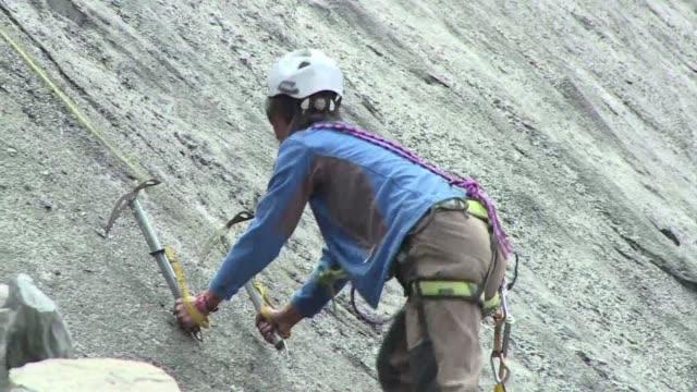 carpinteras o guias de alta montana las mujeres del valle hunza en el norte de pakistan estan rompiendo tabues al capacitarse en empleos antes... - hombres stock videos & royalty-free footage
