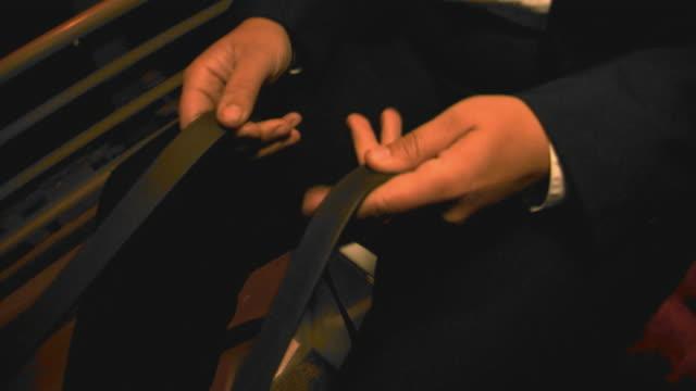 carriage driver holding reins, tilt up, handheld - 馬勒点の映像素材/bロール
