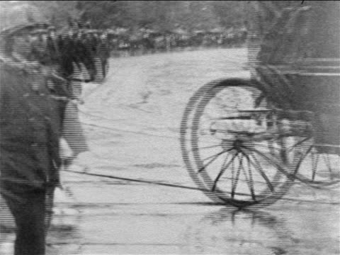vidéos et rushes de b/w 1901 carriages going past camera at president mckinley's funeral procession / newsreel - herbivore
