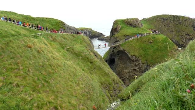 vídeos de stock e filmes b-roll de ilha carrick-a-rede-irlanda do norte - ponte suspensa