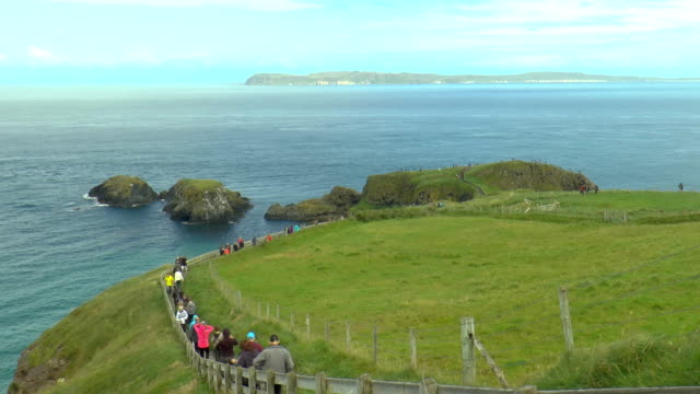 carrick-a-rede-irlanda del nord - national trust video stock e b–roll