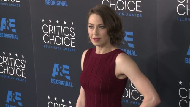 carrie coon at the 2015 critics' choice television awards at the beverly hilton hotel on may 31, 2015 in beverly hills, california. - 放送テレビ批評家協会賞点の映像素材/bロール