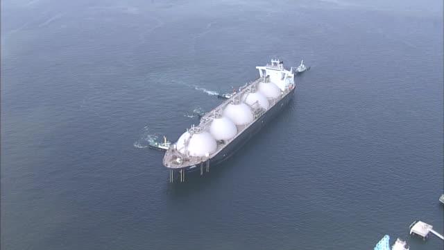 vidéos et rushes de lng carrier in osaka bay - transport de marchandises par navire