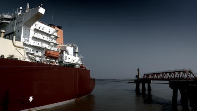 vídeos y material grabado en eventos de stock de terminal de lng carrier - buque tanque