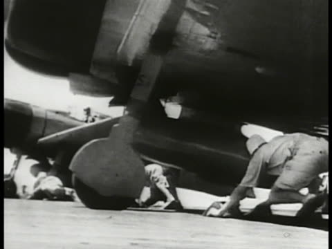 vidéos et rushes de carrier w/ aircraft on deck japanese signalman w/ flag mitsubishi a6m2 zeke bomber aircraft taking off from carrier another flag kakajima b5n bombers... - vaisseau de guerre