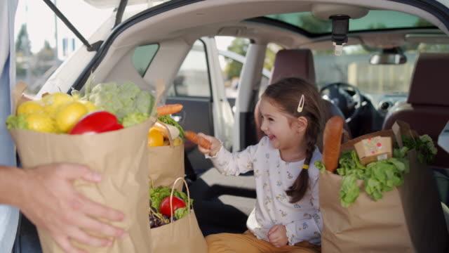 vidéos et rushes de combat de carottes ! - sac de shopping