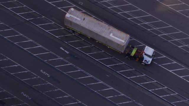 配送ターミナル - ドローンのショットを介して貨物コンテナーを運ぶ utr - 積荷を降ろす点の映像素材/bロール