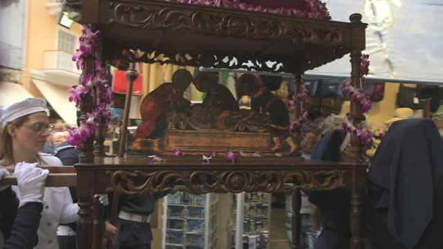 ms ts carrying of holy shrine in easter parade audio / kerkyra, corfu, greece - ostern stock-videos und b-roll-filmmaterial