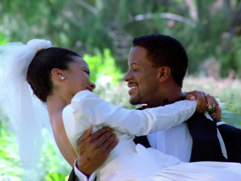 vídeos de stock e filmes b-roll de carrying the bride - pai da noiva