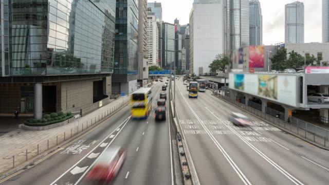 stockvideo's en b-roll-footage met auto's en voetgangers op straatscène van het verkeer in het centrum van hong kong business downtown district - hong kong
