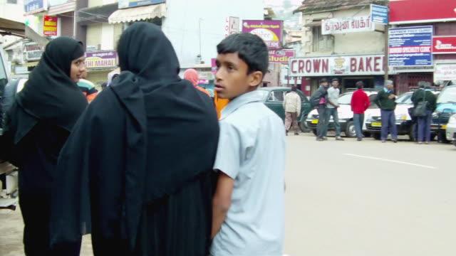 vídeos y material grabado en eventos de stock de ms cars and pedestrians on crowded street / india - escritura occidental