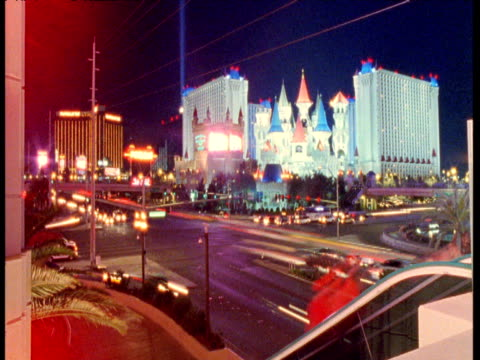 vídeos de stock, filmes e b-roll de cars and pedestrians stream past at night, las vegas - estilo dos anos 2000