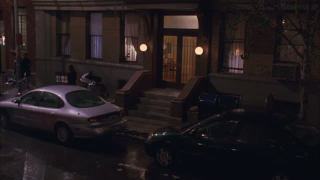 vídeos y material grabado en eventos de stock de cars and pedestrians traveling down a quiet new york city neighborhood at night. - buzón postal