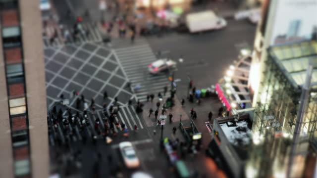 vídeos y material grabado en eventos de stock de ms t/l cars and pedestrians traveling through busy intersection / new york, united states - tilt shift