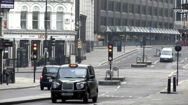 vidéos et rushes de ms cars and taxi waiting in front of street signal / london, england, great britain  - taxi