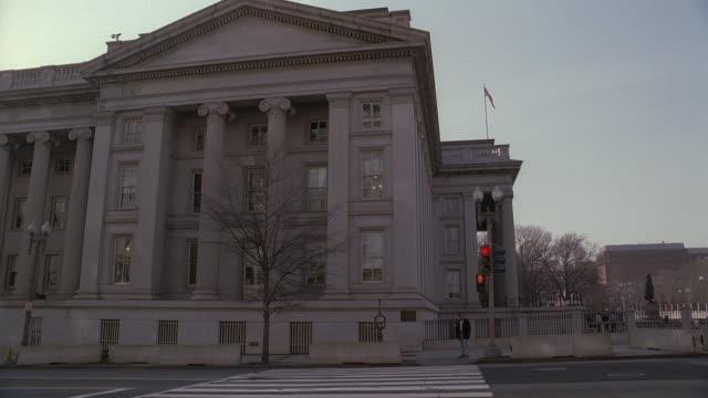 la cars and taxis passing on street on side of u.s. treasury building / washington, d.c., united states - ペディメント点の映像素材/bロール