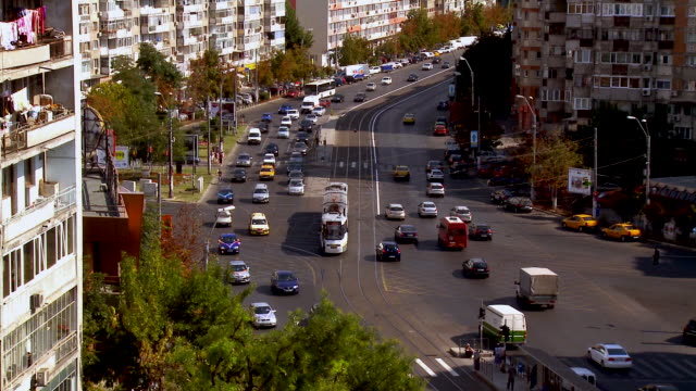 vídeos y material grabado en eventos de stock de ms zo cars and tram flowing on busy street / bucharest, romania - rumania