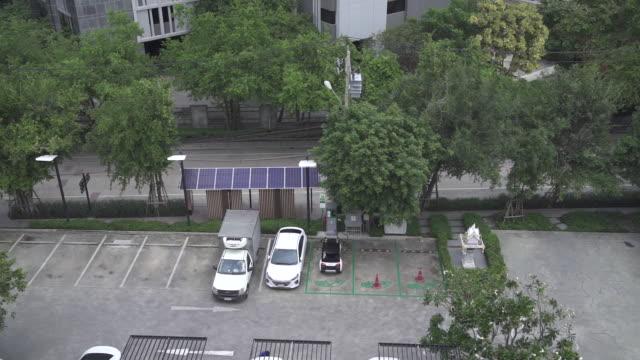 cars and tuk tuk at charging station, bangkok, krung thep maha nakhon, thailand, on tuesday, september 17, 2019. - auto rickshaw stock videos & royalty-free footage