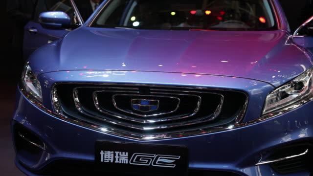 vídeos de stock e filmes b-roll de cars and visitors during the beijing auto show in beijing china on wednesday april 25 2018 - grade de radiador