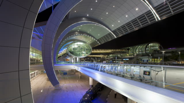 vídeos de stock, filmes e b-roll de cars arrive and depart dubai international airport at night. - passagem subterrânea via pública