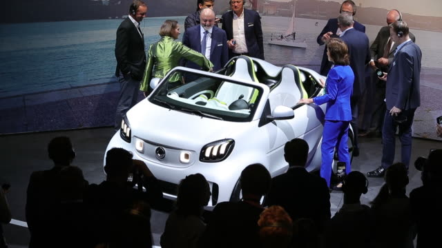 vídeos de stock, filmes e b-roll de cars at auto show in paris france on monday october 1 2018 - veículo com combustível alternativo