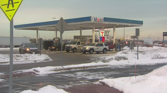 stockvideo's en b-roll-footage met cars at mobil gas stationthe day - benzineprijzen