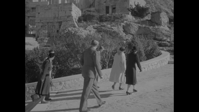 vidéos et rushes de vs cars come to stop on hill overlooking athens princess elizabeth exits and her hand is kissed / king paul queen frederica prince philip and... - athens greece