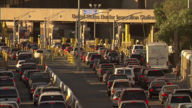 ms, cars crossing mexico and united states border - emigration and immigration点の映像素材/bロール