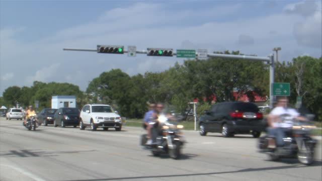 vídeos de stock e filmes b-roll de ms cars crossing on florida road  keys road / florida keys, florida, usa - rasto de movimento