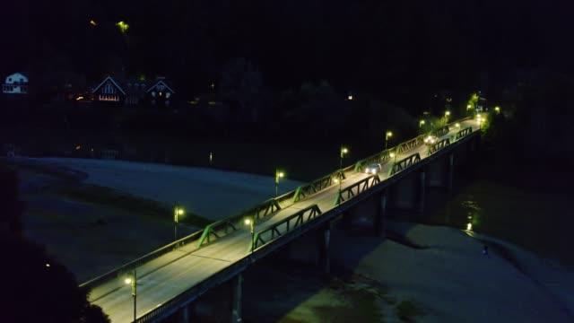 vídeos de stock, filmes e b-roll de carros que cruzam o rio russian na noite em monte rio, califórnia-antena - rio russian